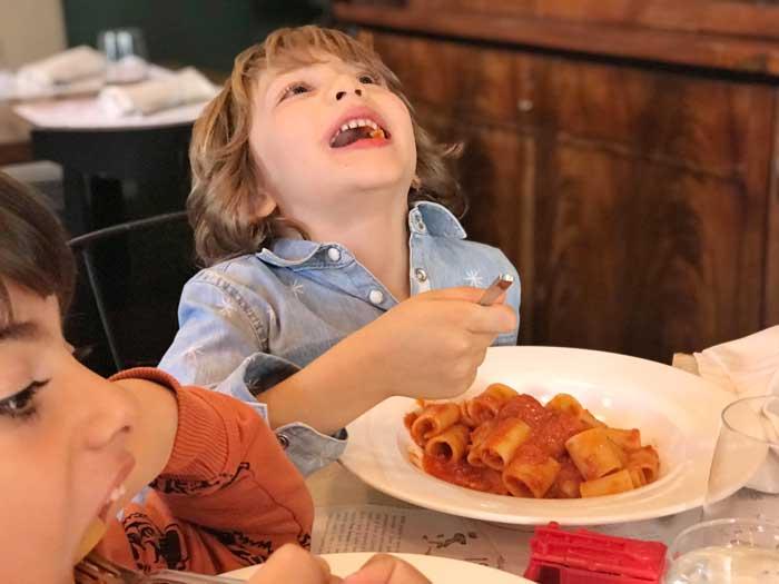 insegnare ai bambini a stare a tavola