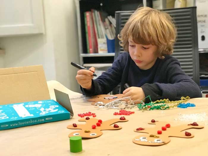 i bambini fanno le decorazioni di Natale