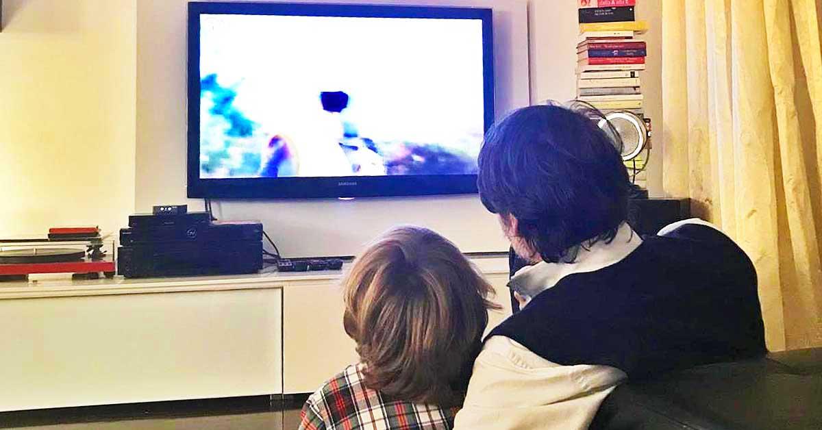 guardare-la-tv-insieme-bambini-genitori