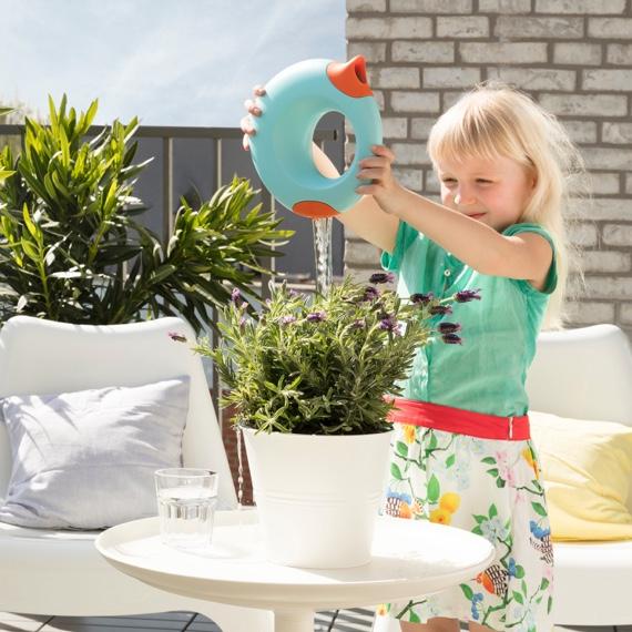 innaffiatoio per bambini giocare in giardino